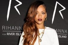 Rihanna îşi lansează cea de-a doua colecţie de haine. Colaborează cu brandul britanic River Island