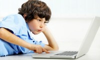 Studiu: copiii se uită la filme porno de la 6 ani. Dependenţa de mediul virtual, la cote îngrijorătoare