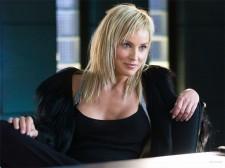 Sharon Stone, cu sânii la vedere prin Paris