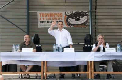 Premierul Ungariei, atacat cu roşii la Tuşnad. Ce i-a înfuriat pe cei doi români
