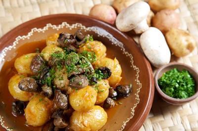 Bucate alese: ciuperci cu marar, cartofi frantuzesti, pui taranesc, ceafa de porc la cuptor si cotlete de porc in sos de vin