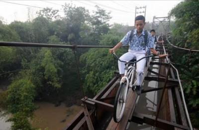 Echilibristica spre scoala. VEZI cum arata cel mai periculos drum pe care copiii il parcurg pentru a ajunge la ora