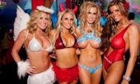 FOTO. Larry Flynt, patronul Hustler, vrea să cumpere conacul Playboy şi să-l dea afară pe Hugh Hefner