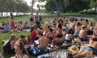 Foto. Topless la iarba-verde in Australia: Free the nipple picnic