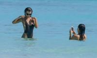 GALERIE FOTO! Emily Ratajkowski, topless pe plaja la Cancun