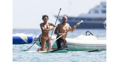 Mel B, topless la plaja la 42 de ani