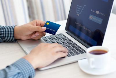 Ce cumpără românii online şi câţi bani cheltuie
