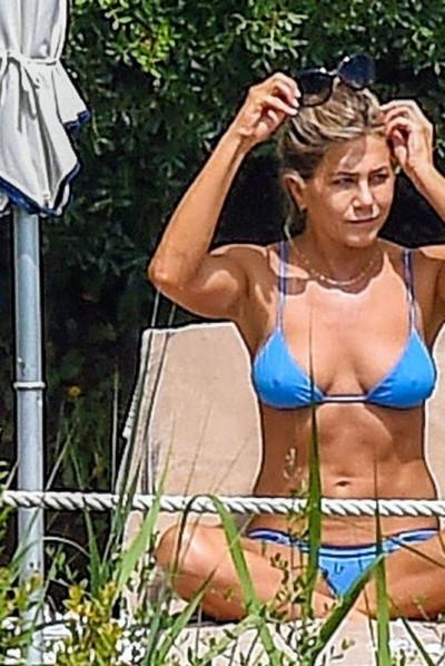 jennifer-aniston-relaxes-in-bikini-by-the-pool-in-portofino-27_thumbnail