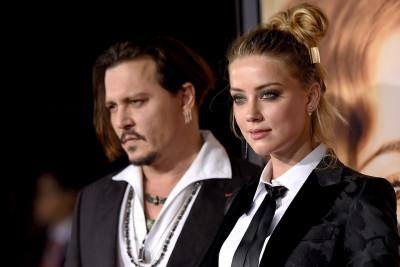 Johnny Depp a divorţat de Amber Heard după ce a găsit fecale în patul său