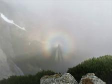 Fenomen rar în Munţii Bucegi: Umbra unui om, proiectată într-un nimb de culori pe ceaţă. Cum se formează Efectul Gloria