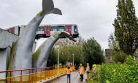 Digi24: Accident spectaculos în Olanda. Un tren deraiat a rămas suspendat la 10 metri înălțime, în sculptura unei cozi de balenă
