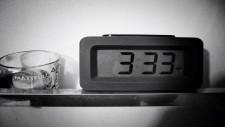 Explicații paranormale sau coincidențe tulburatoare: ți se întâmplă să te trezești noaptea la ora 3:33?