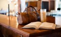 Iată 5 idei de ținute pe care poți să le porți alături de o geantă din piele! Ție care ți se potrivește?
