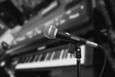 Karaoke: o simplă activitate muzicală? Descoperă-i beneficiile neștiute până acum!