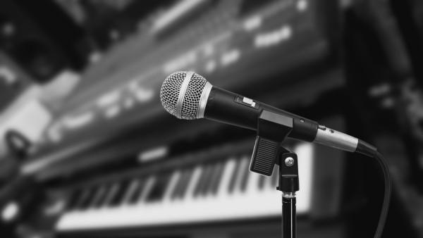 Karaoke_o_simpla_activitate_muzicala_Descopera_i_beneficiile_nestiute_pana_acum
