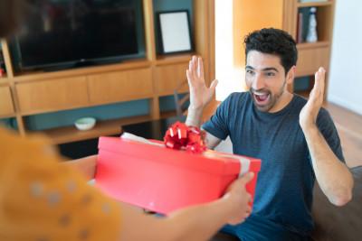 Îți dorești să-ți răsfeți partenerul? 5 cadouri ce-l vor da pe spate