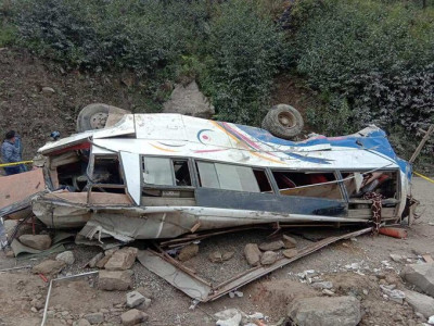 Cel puțin 25 de persoane au murit după ce un autobuz care a rămas fără frâne a căzut într-o prăpastie, în Nepal