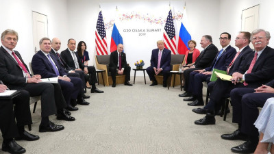 """Bruneta """"foarte atractivă"""" special aleasă de Valdimir Putin pentru a-i distrage atenția lui Donald Trump"""